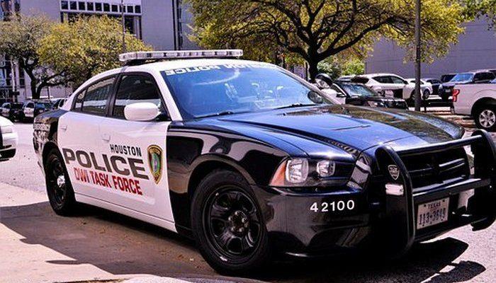 Патрульные остановили машину с 35-летним мужчиной за рулём и несовершеннолетней пассажиркой. Полицейских это насторожило