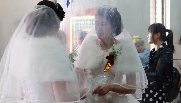 Парень полюбил двух девушек и женился на обеих. Чтобы не обижались