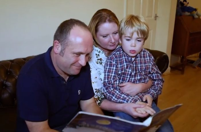 5-летний мальчик потерял речь и забыл родителей. Внедрённый в голову чип помог ему наладить общение с семьёй