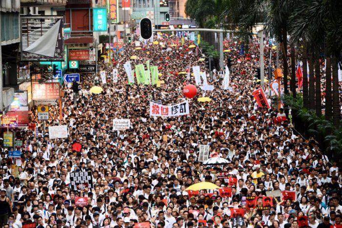 Лидер Гонконга отказалась отвечать на требования протестующих после победы оппозиции на выборах (+ развенчан миф о «молчаливом большинстве»)
