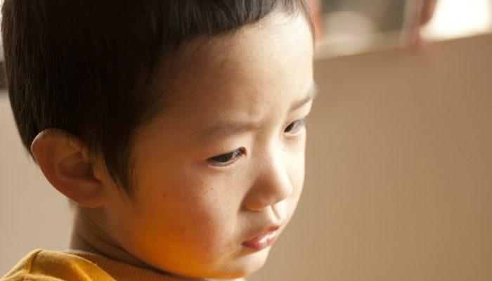 34-летний мужчина выглядит как 6-летний ребёнок. Детская травма подарила «вечную» молодость, но лишила многих радостей жизни