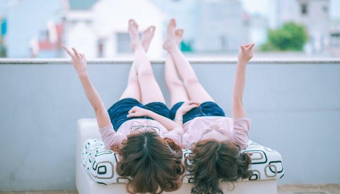 Приёмные родители на 10-летие дочери сделали неожиданный подарок: нашли сестру-близнеца