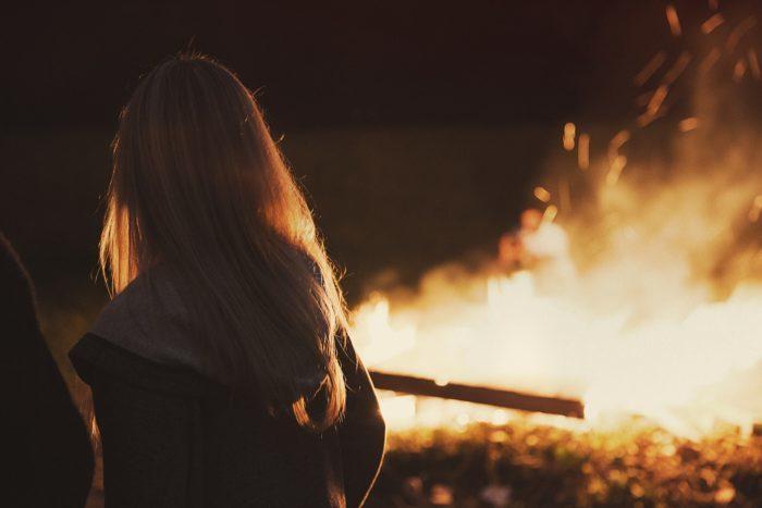 (Видео) Для спасения из пожара женщина использовала простыни и занавески (но пожарные не одобрили)