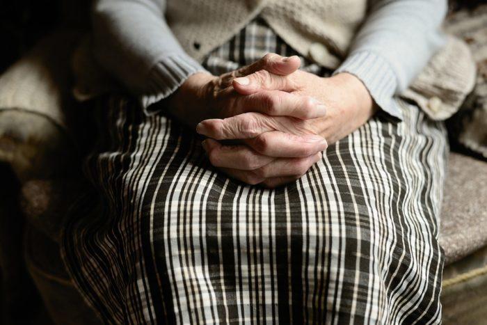 91-летняя бабушка хотела повеситься: на носу зима, а дом пострадал от наводнения, как жить? В ситуацию вмешались дочь и журналисты