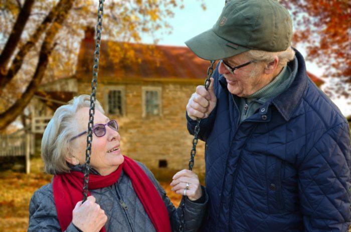 Внучка со слезами на глазах смотрела, как её старенький дедушка делал покупки. Он готовил сюрприз для любимой