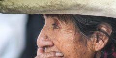 Бабушке уже 104 года, а она бодро рыбачит и торгует на рынке. Молодёжь поражена и даже немного завидует!