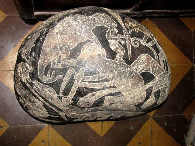 камень ики с динозавром и человеком