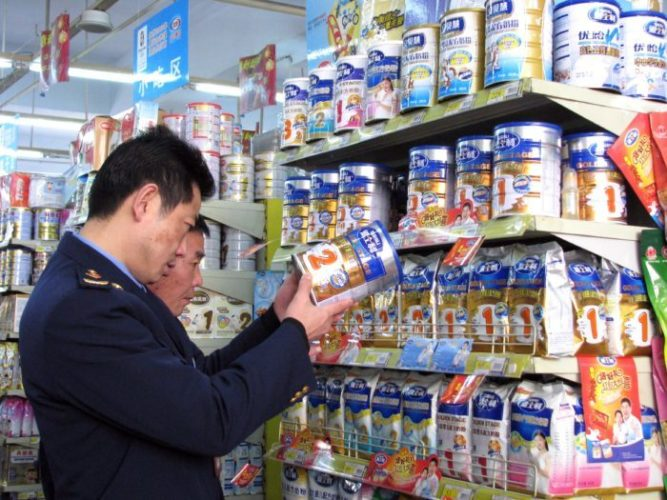 Китайские службы контроля ищут поставки более 100 тонн сухого молока, испорченного промышленным химическим меламином, который как предполагалось был уничтожен после скандала 2008 года связанного с гибелью шести младенцев