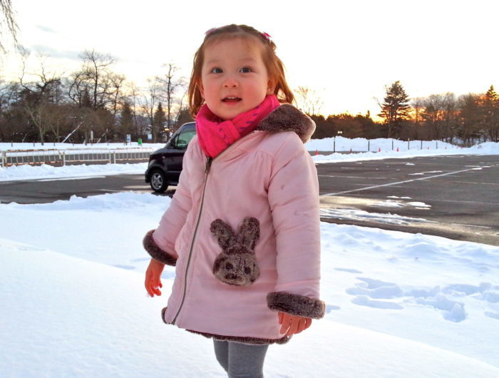 Босая 3-летняя девочка провела ночь на 20-градусном морозе. На её счастье, один рабочий опоздал на автобус