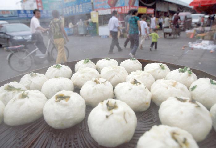 Китайские стандарты качества подверглись резкой международной критике на фоне регулярных сообщений о поддельных, некачественных или опасных товарах, производимых на коррумпированных и предприятиях пищевой и фармацевтической промышленности