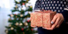 Незнакомец оставляет на улицах подарки для жителей своей деревни. Журналисты выяснили, почему он это делает