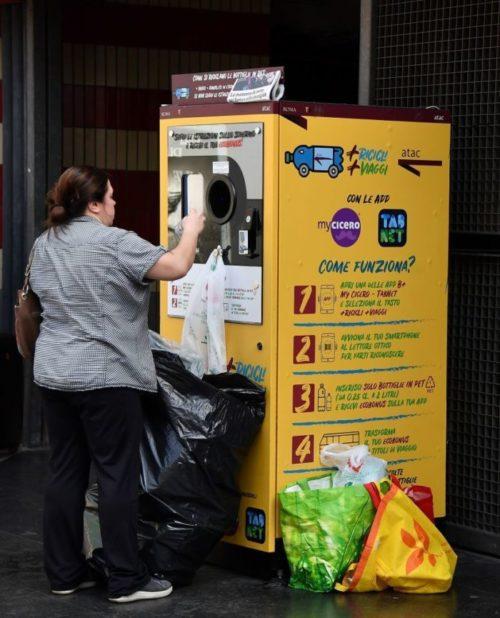 автомат по сдаче бутылок в метро Рима