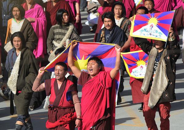 Протестующие во главе с тибетскими буддийскими монахами на акции протеста возле исторического монастыря Лабранг