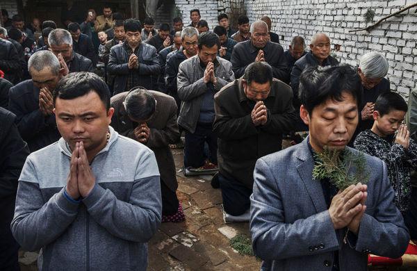 Китайские католики молятся в «подземной» или «неофициальной» церкви, Шицзячжуан, провинция Хэбэй, Китай