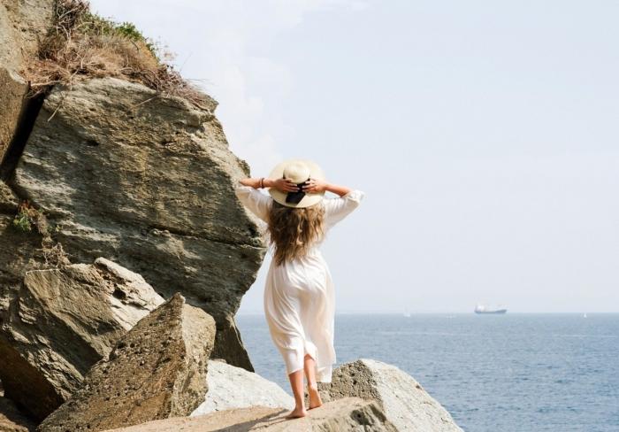 (Видео) Женщина позировала на прибрежной скале для романтичной фотографии, но получила комичное видео