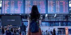 (Видео) Папа всегда встречал дочь в аэропорту с забавными плакатами. Но перед Рождеством он превзошёл себя!