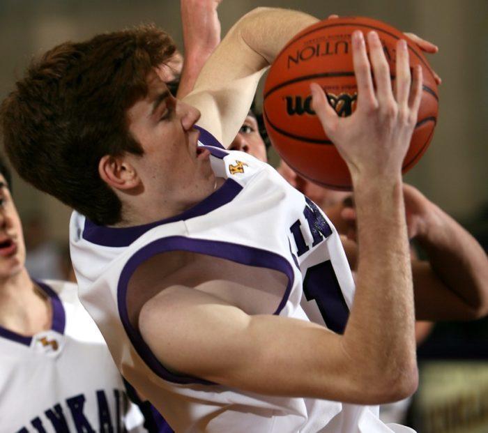 Баскетболисты помогли игроку-сопернику забросить мяч им в корзину. Не логично, но все остались довольны!
