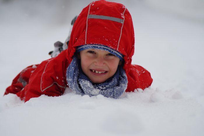 (Видео) 8-летний мальчик вызвался помочь родителям с уборкой снега. Кажется, он здорово пожалел об этом!