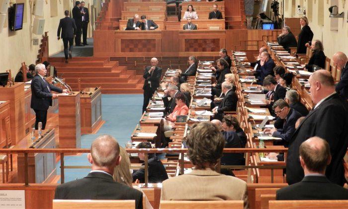 Чешские сенаторы обсуждают резолюцию о нарушениях прав человека в Китае. Прага, столица Чешской Республики, 20 марта 2019 года