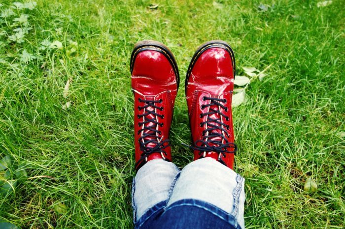 красные ботинки на зелёной траве