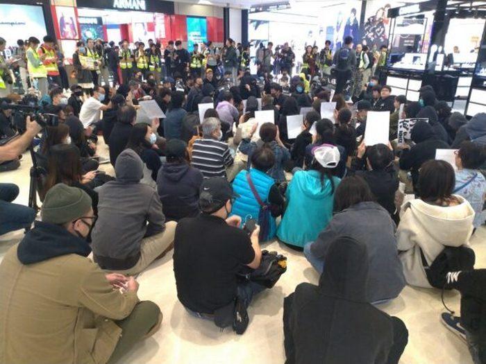 Протестующие в Гонконге провели сидячие забастовки в торговых центрах, чтобы отметить 5 месяцев со дня нападения на станции метро