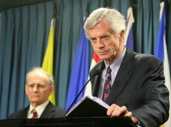 Бывший госсекретарь Канады по Азиатско-Тихоокеанскому региону Дэвид Килгур (справа) представляет пересмотренный отчёт о насильственном извлечении органов у практикующих Фалуньгун в Китае, соавтор отчёта и международный адвокат по правам человека Дэвид Мэйтас стоит за ним
