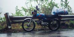 Парень под проливным дождём беспомощно стоял со сломанным мотоциклом. Его заметил водитель автобуса и легко решил проблему