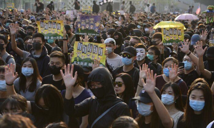 380000 гонконгцев снова вышли на марш с призывами к свободе и демократии