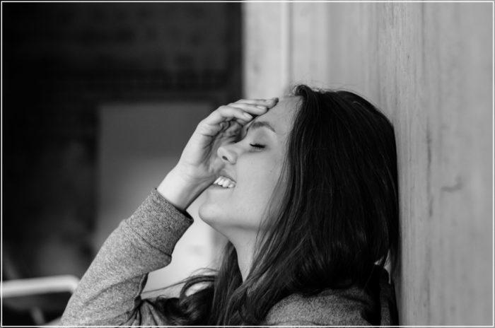 Временный паралич охватывает девушку во время смеха. Её друзьям приходится сдерживать эмоции