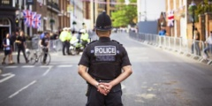 6 лет в английской деревушке кто-то подбрасывал жителям деньги. «Нарушители порядка» наконец объяснили полиции, зачем они это делали
