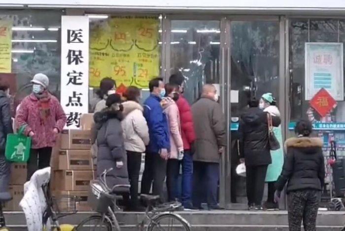 (Видео)  Незнакомец оставил китайским полицейским 500 защитных масок. И убежал!
