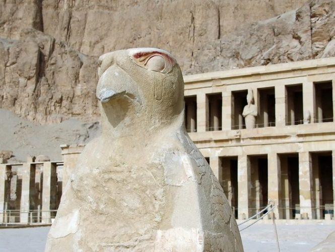 каменная статуя древнеегипетского бога Гора в виде сокола