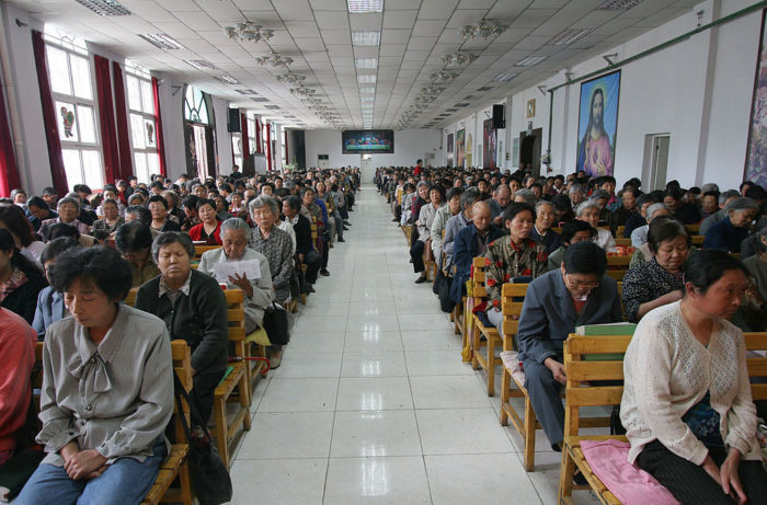 Христиане молятся в церкви во время литургии. Синьмин, провинция Цинхай, северо-западный Китай