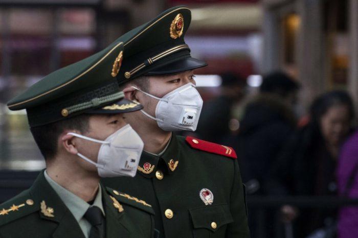 Пневмония в Китае. Китайские полицейские в масках на вокзале в Пекине, 22 января 2020 г.