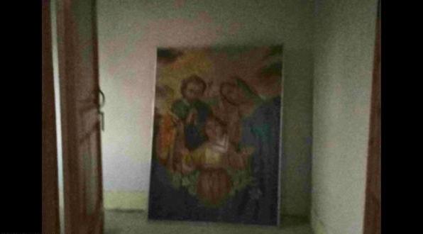 Заброшенный в угол Образ Девы Марии с младенцем Христом