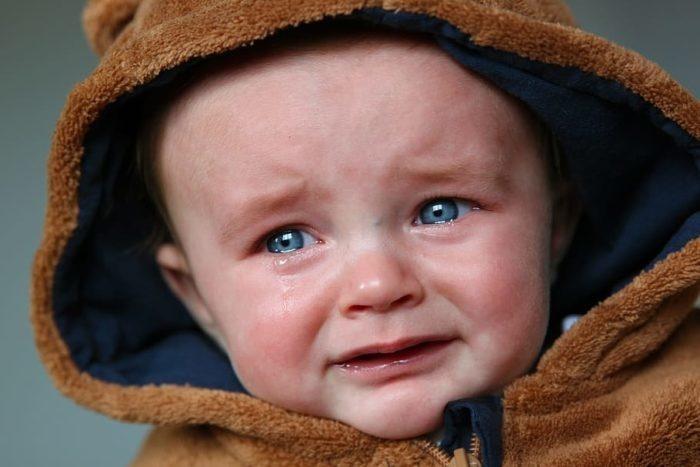 (Видео) Рыдающего малыша мгновенно успокаивает только одна песня. И родители этим с удовольствием пользуются!