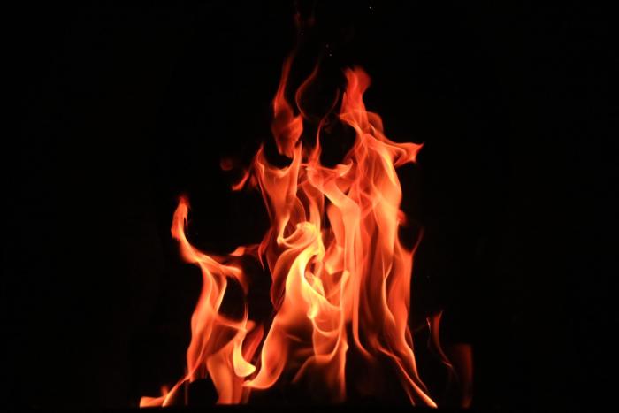(Видео) Подросток из Екатеринбурга быстрее всех сообразил, что делать, когда увидел огонь за дверью