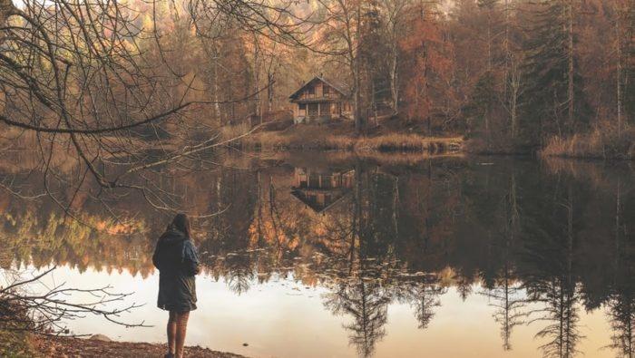 Девушка случайно наткнулась на дом из своих детских фантазий. А открывшая ей дверь женщина назвала её по имени