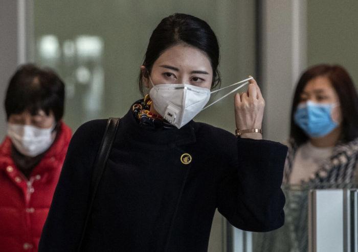 Коронавирус в Китае. Китайская стюардесса в Пекинском аэропорту