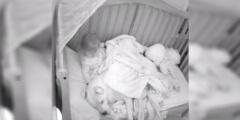(Видео) От страха спать одной малышку спасает её любимая хвостатая няня. Которая, правда, занимает большую часть кроватки