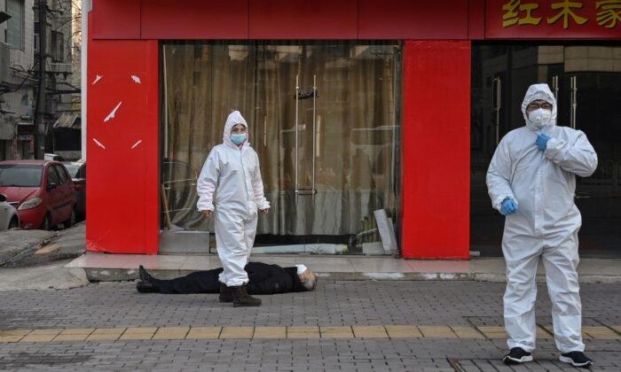 Коронавирус в Китае. Пожилой человек упал замертво на улице возле больницы в Ухане