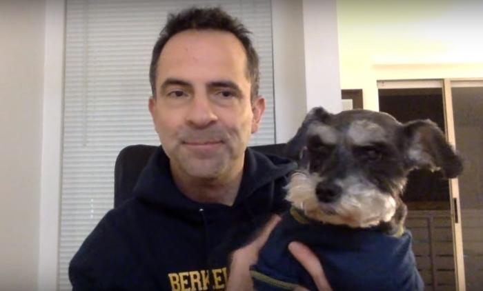 Одинокий мужчина снял все сбережения и готов продать машину, чтобы помочь любимой собаке. Ведь она столько раз спасала ему жизнь!