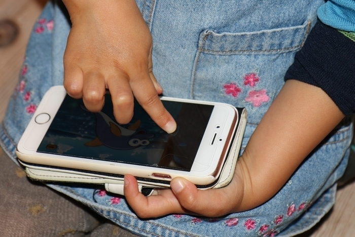 2-летняя девочка показала отменное владение современными технологиями, когда её мама упала без сознания