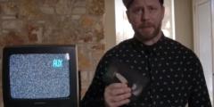 Мужчина купил старый телевизор и обнаружил в нём кассету со съёмкой 25-летней давности. Он сразу же занялся поисками владельцев!