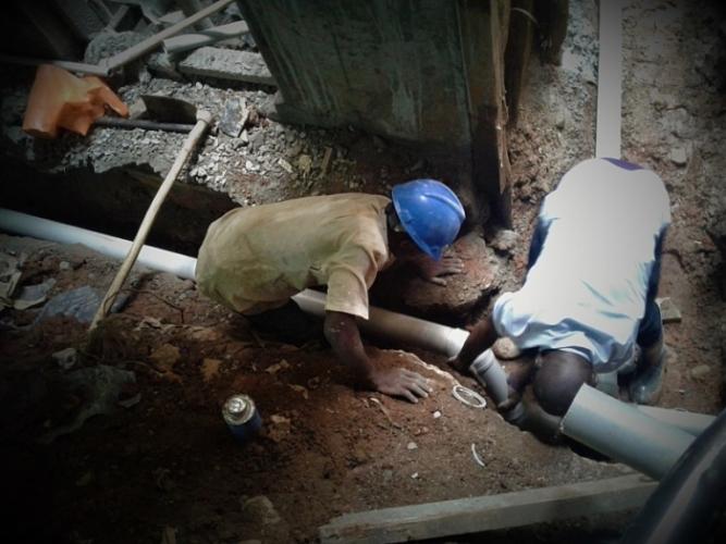 Нигерийский принц отказался от своих привилегий, чтобы стать лучшим водопроводчиком в Лондоне