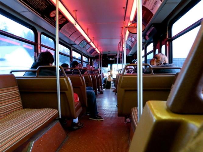 Из-за срочной эвакуации раздетых школьников Красноярска отправили домой. Выручил автобус!