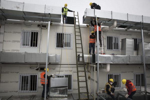 Уханьский коронавирус.Рабочие, строят больницу Хуошеньшань на 1000 коек в Ухане, Китай, 2 февраля