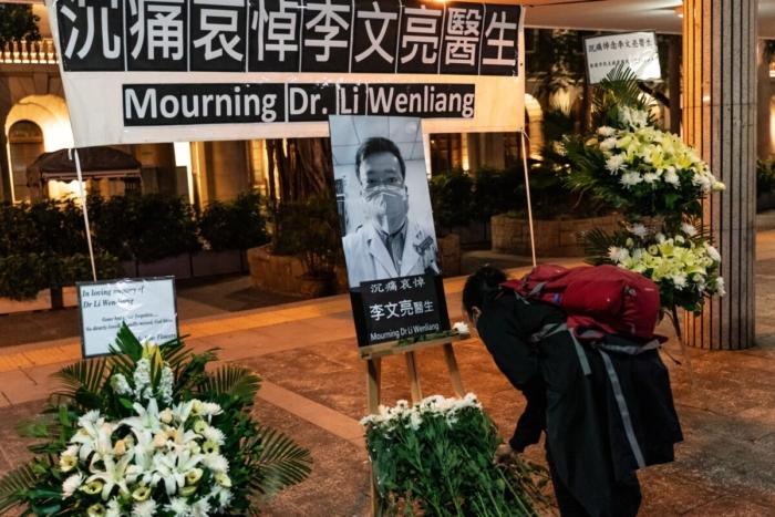 Новый Коронавирус.Люди чтят память доктора Ли Вэньляна в Гонконге