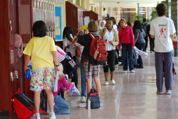 Школьный охранник нашёл сумочку ученицы 50-х годов. Её содержимое рассказало детям о юности мамы