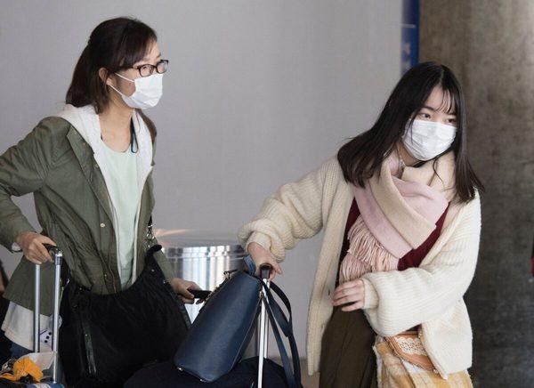 Уханьский коронавирус. Пассажиры в масках прибывают рейсом из Азии в международный аэропорт Лос-Анджелеса